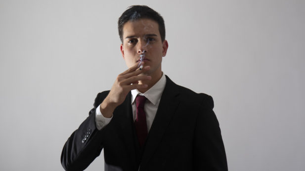 タバコを持っているビジネスマン写真
